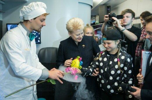 """D. Grybauskaitė skelbia akcijos """"Padovanok vaikui vasarą"""" pradžią"""