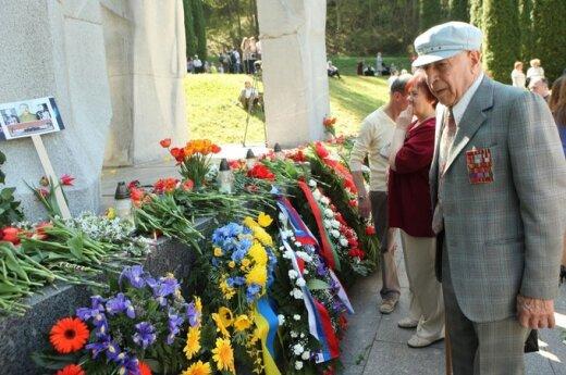 В Литве отметили День победы, Иванов принес портрет Сталина