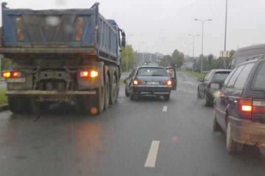 Važiuoja 10 km/h, bet vietos kelyje nepasidalina