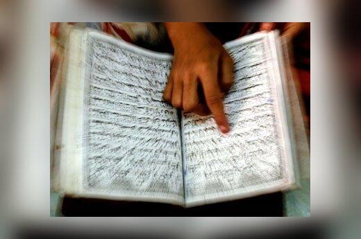 Mergaitė Indijoje skaito Koraną