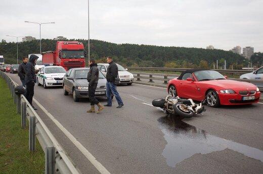 В Вильнюсе столкнулись два автомобиля и мотоцикл