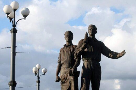 Вильнюсские власти все еще ищут, кто починит скульптуры на Зеленом мосту