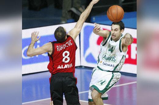 """Igoris Rakočevičius (""""Tau Ceramica"""") """"gaudo"""" Marko Popovičių (""""Žalgiris"""")"""