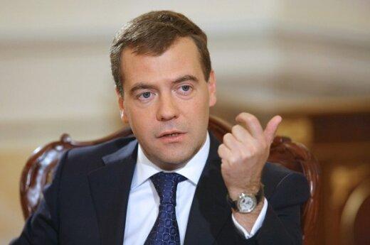 Д.Медведев: правящей партии равный доступ к СМИ не нужен