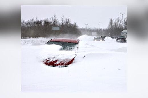 Automobilis padengtas sniegu kelyje tarp Alborgo ir Hadsundo miestų Danijoje
