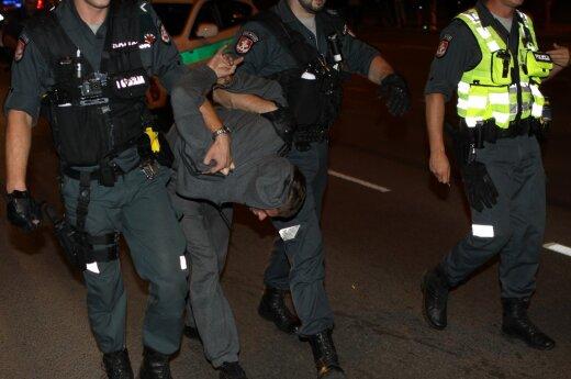 """Per gaudynes Vilniuje apdaužyti du policijos automobiliai, bėglių """"Opel"""" suvarpytas kulkomis"""