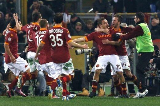Francesco Totti'į sveikina komandos draugai
