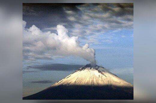 Dūmai rūksta iš Popoketeplo vulkano netoli Pueblos (Meksika) miesto.