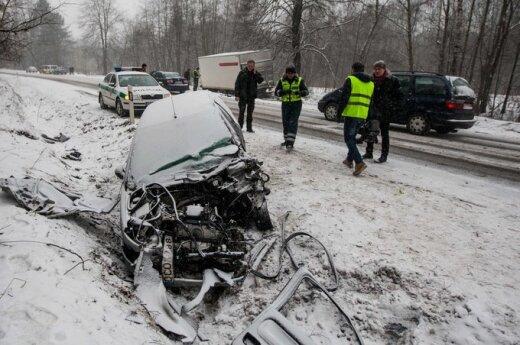 На Эйшишском шоссе Peugeot столкнулся с грузовиком