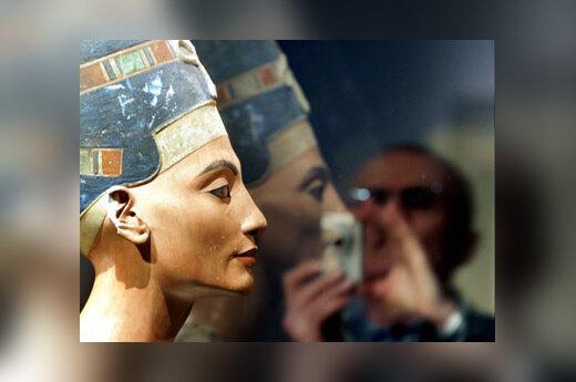 Lankytojas fotografuoja Egipto karalienės Nefertitės biustą ekspozicijoje Berlyne.