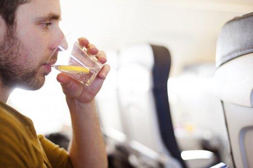 Paaiškino, kodėl stiuardai lėktuvuose negeria vandens