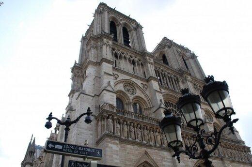 Неизвестный мужчина застрелился у алтаря собора Парижской Богоматери.