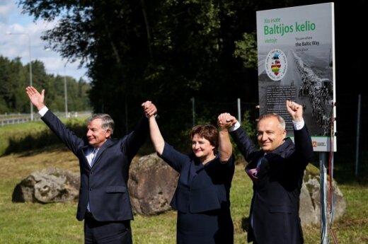"""На дорогах Литвы открыты памятные знаки о """"Балтийском пути"""""""