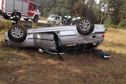 Girtas BMW automobiliu pavėžino draugą: po smūgio į medį abu ligoninėje