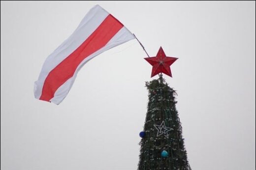 На 35-метровой новогодней елке - бело-красно-белый