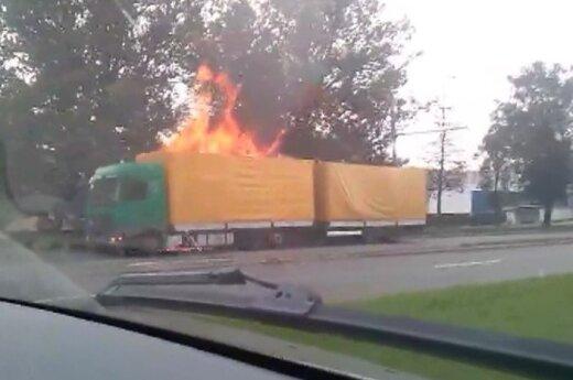 Sostinėje užsiliepsnojo baldus vežęs sunkvežimis su priekaba
