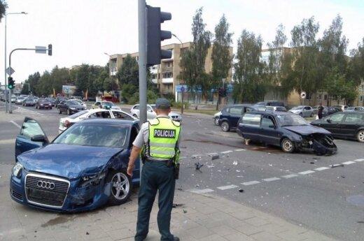 Skaudi avarija Šiauliuose: susidūrus dviem automobiliams, nukentėjo 5 žmonės