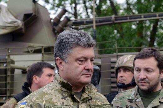 Порошенко: артиллерия уничтожила часть российской военной техники