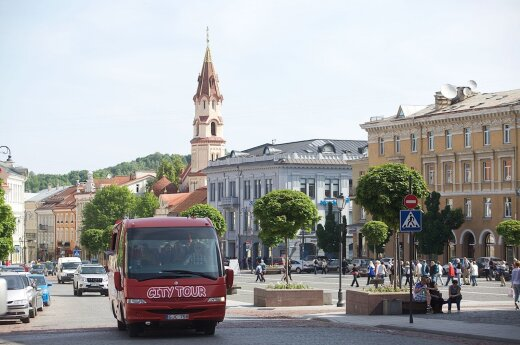 Volunteers in green jackets offering assistance to Vilnius tourists