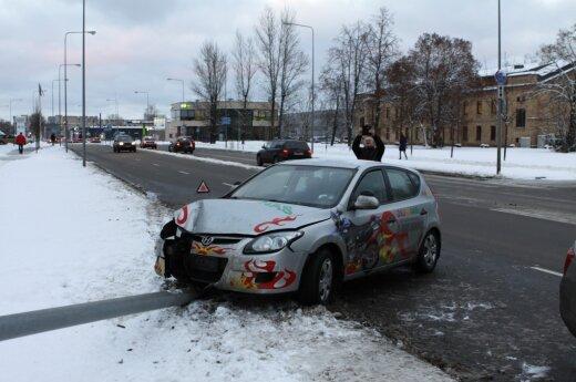 Vilniuje viena paskui kitą pasipylė avarijos, mokomasis automobilis išvertė stulpą