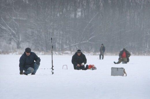 Со льда Куршского залива эвакуировали 11 рыбаков
