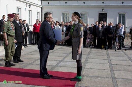 Instruktorka ZHPnL Sabina Maksimowicz odbiera akt nadania protektoratu od prezydenta, fot. Kaja Drąg