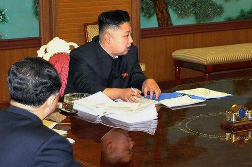 Kim Jong Unas (Kim Čen Unas) su mobiliuoju telefonu