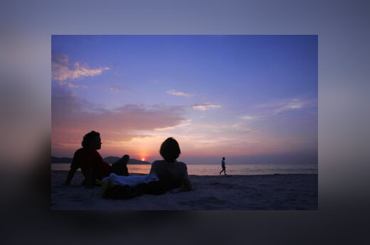 Turistai mėgaujasi Patongo paplūdimio vaizdu Tailando Phuketo saloje