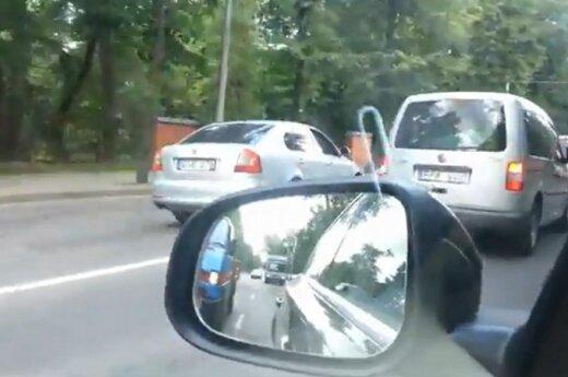 """Kuo ypatinga per raudoną važiuojanti """"Škoda"""", jei jos nestabdo šalia stovintys policininkai?"""