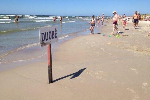 На пляже в Смильтине на обнаженную женщину напал мужчина