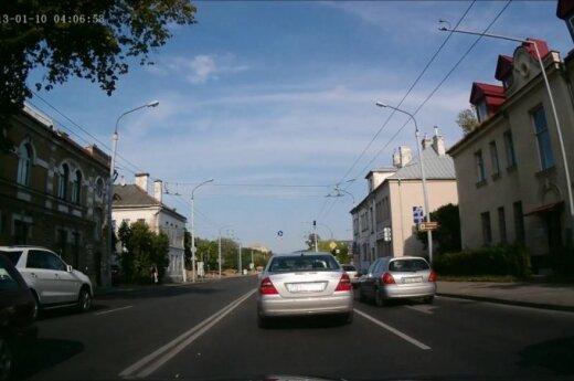 Tai bent įžūlumas: sostinės vairuotojas – prieš eismą piko metu