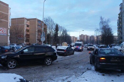 """Kaune susidūrė BMW ir """"Lexus"""" – vienas vairuotojas sužalotas"""