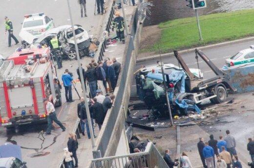 W Wilnie ciężarówka spadła z mostu
