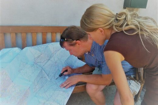 Anna Wollenzien-Kamin checking Lithuanian map