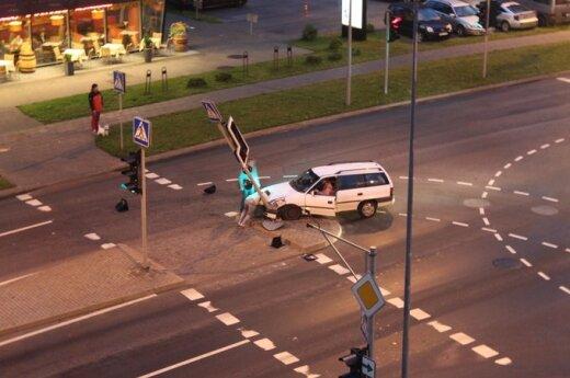 Automobilis taranavo šviesoforo stulpą, visi kaip tarakonai išsilakstė
