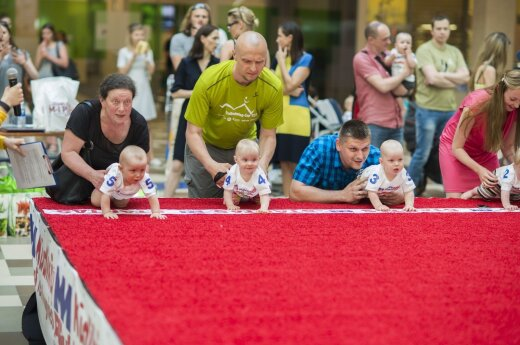 Lithuanian babies test their need for speed in crawling baby race