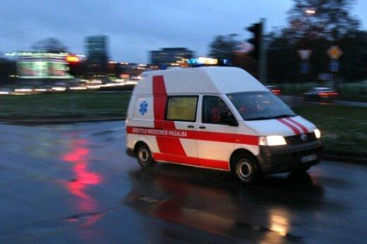 Автомобиль сбил сидевшего на дороге мужчину