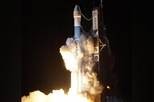 """Raketa """"Boeing Delta 2"""" startuoja iš Kanaveralo kyšulio Floridoje. Ji neša erdvėlaivį """"Messenger"""", kuris skries Merkurijaus link ir pamėgins patekti į jo orbitą."""