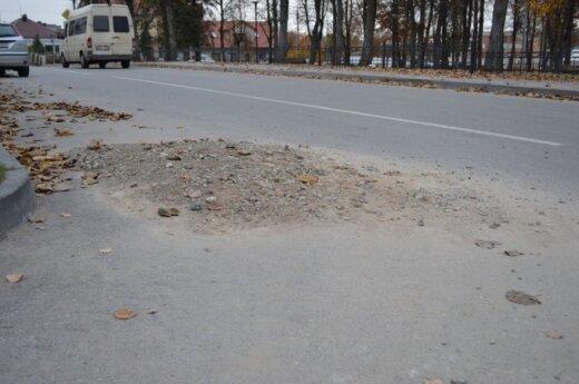 Gatves asfaltuoja, o tada sugriauna?