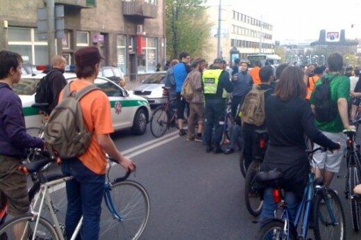 """Surastas į """"Kritinę masę"""" įsirėžęs automobilis, sužalojęs penkis dviratininkus ir pasišalinęs"""