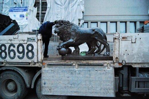 Prie Karo muziejaus sugrįžo legendinės metalinės liūtų skulptūros