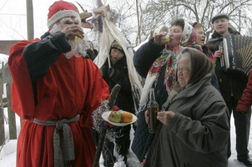 Жители деревни Погост колядуют в православное Рождество
