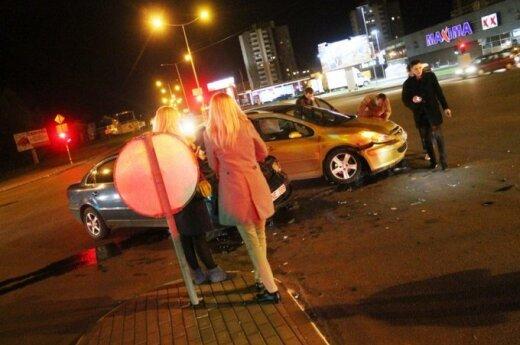 """Degant raudonai šviesai sankryžą kirtęs """"Peugeot"""" sukėlė avariją"""
