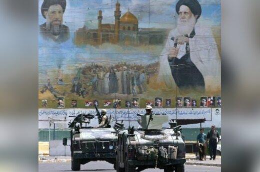 JAV armijos šarvuočiai patruliuoja Bagdado priemestyje (Irakas).