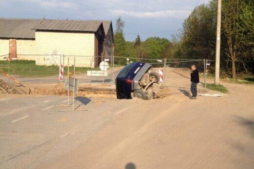 """Trakų Vokėje """"Renault"""" įkrito į vidury kelio esančią didžiulę duobę"""