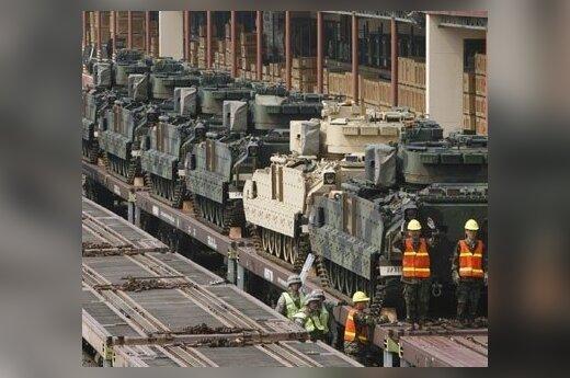 JAV kariuomenės tankai M2A2 traukiniu vežami į pratybas Pietų Korėjoje.