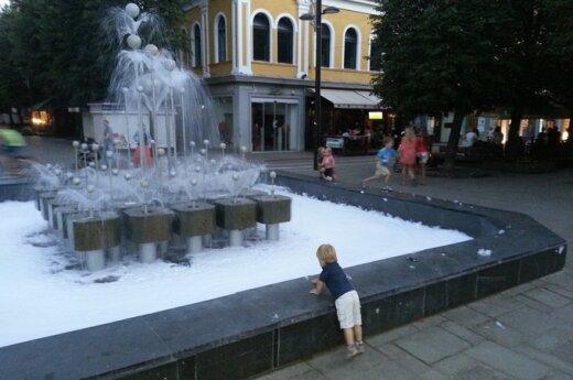 Kauno fontaną chuliganai privertė suputoti
