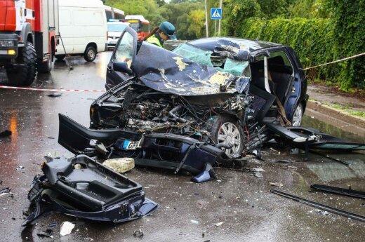 В Каунасе VW Golf столкнулся с грузовиком, пострадали три человека