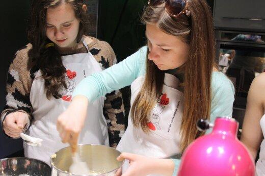Gimnazistai mokėsi pažinti maistą: ragavo gurmaniškų patiekalų, užsieniečius vaišino vėdarais