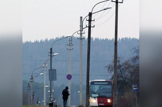 Vyras stotelėje laukia autobuso